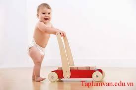 Tả hình dáng và tính nết thơ ngây của một em bé đang tập nói tập đi