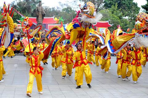 Quan sát hai bức tranh ở SGK Tiếng Việt 3 tập 2, trang 64, tả lại quang cảnh lễ hội ở hai bức tranh ấy